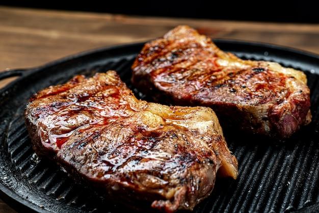 Obfite kawałki grillowanego steku z tłuszczem. wołowina i szlachetne mięso, serwowane w tradycyjnych brazylijskich stekach.