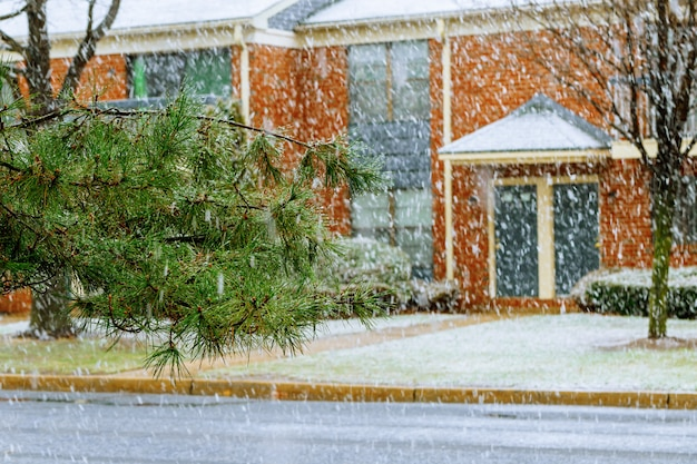 Obfite opady śniegu na ulicach, zaśnieżone domy.