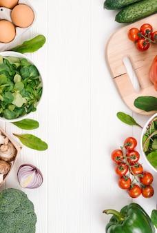 Obfitolistni warzywa z przestrzenią dla pisać tekscie na białym drewnianym biurku