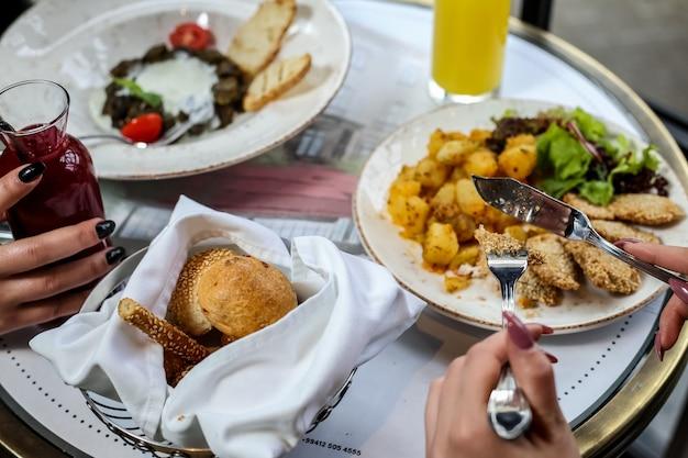 Obiad dania główne ziemniak kurczak dolma koktajle bułeczki widok z boku