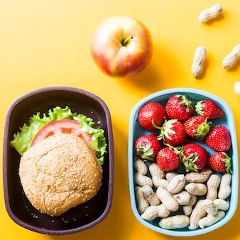 Obiad dla dziecka, które jest z nimi w szkole. kanapka, truskawki