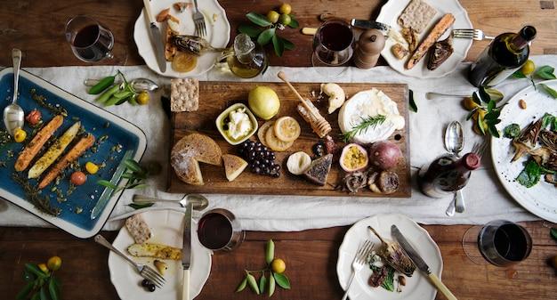 Obiad w stylu rustykalnym z półmisek sera