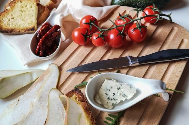 Obiad z chleba żytniego, sera pleśniowego i pomidorków koktajlowych