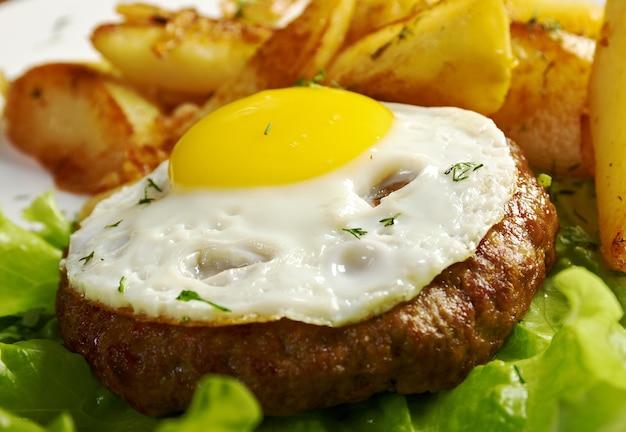 Obiad z kością t-bone lub stekiem porterhouse, podawany z pieczonym ziemniakiem