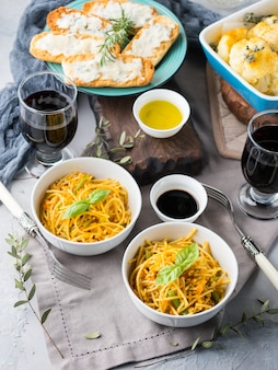 Obiad z makaronem curry z makaronem w miskach i warzywami z kurkumą