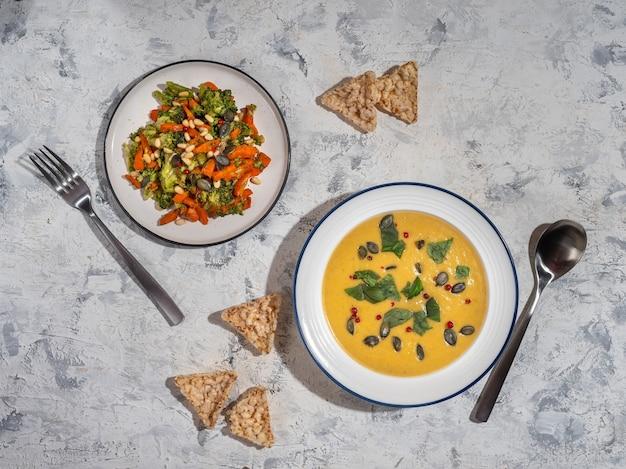 Obiad z sałatką jarzynową i zupą puree dla prawidłowego odżywiania widok z góry