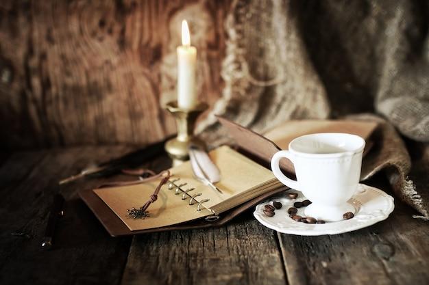 Obiekt piracki na drewnianym stole