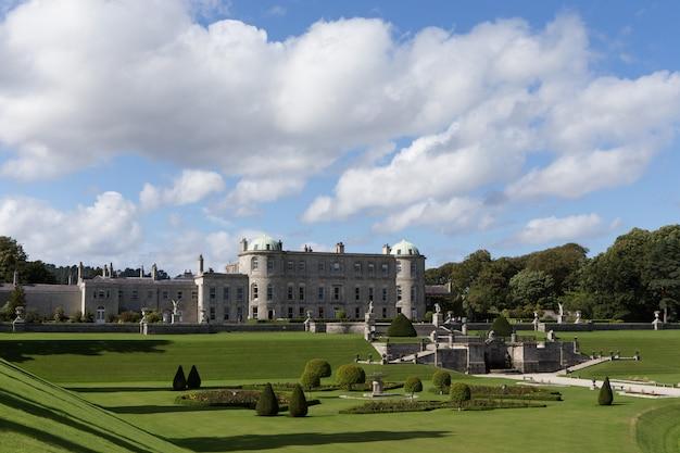 Obiekt powerscourt house zlokalizowany jest pod adresem powerscourt garden. widok panoramiczny. to jedna z wiodących atrakcji turystycznych w irlandii.