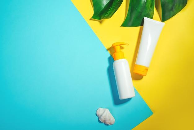 Obiekty chroniące przed słońcem, osłona przeciwsłoneczna. zapobieganie fotostarzeniu. flat lay, naturalne kosmetyki do twarzy i ciała. koncepcja wakacji letnich podróży