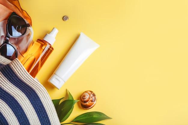 Obiekty do ochrony przeciwsłonecznej i zestaw plażowy: czapka, okulary przeciwsłoneczne i krem ochronny