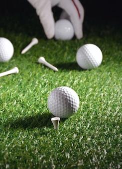 Obiekty sportowe związane z golfem, takie jak rękawiczki, piłki itp.