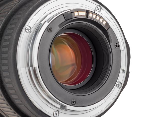 Obiektyw nowoczesnego aparatu cyfrowego, widok z tyłu obiektywu. na białym tle.