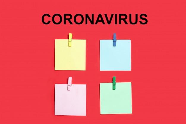 Objawy koronawirusa 2019-ncov. wielokolorowe karteczki na czerwonej ścianie.