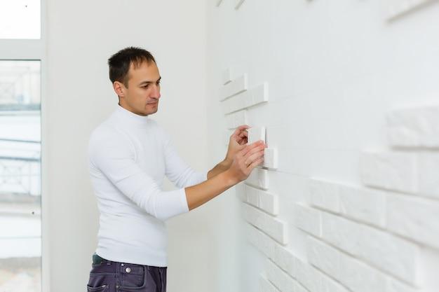 Obkładają ściany i potrzebują wykwalifikowanych rzemieślników do wyspecjalizowanych prac.