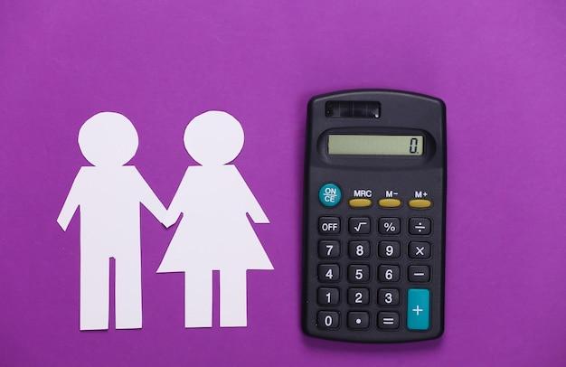 Obliczanie koncepcji budżetu rodzinnego. papierowa para zakochanych razem i kalkulator na fioletowo.