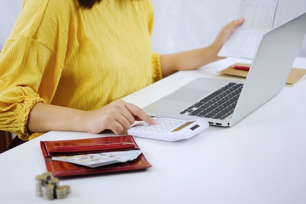 Obliczanie kosztów przedsiębiorca kobieta ekonomiczna koncepcja oszczędności i inwestycji w budżecie.