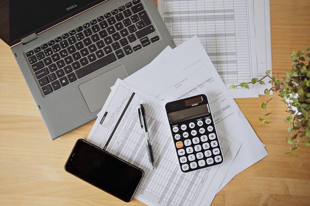 Obliczanie podatków i zysków w biurze. biznes koncepcyjny
