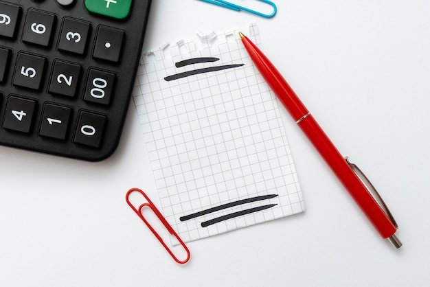 Obliczanie wydatków, pomysły na budżet, pomysły na rozwiązania matematyczne, rozwiązywanie problemów, równania matematyczne, dodawanie, odejmowanie, mnożenie, dzielenie, narzędzia biurowe, kalkulator papier