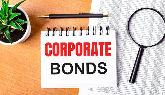Obligacje korporacyjne napisane na białym papierze na jasnobrązowym tle.