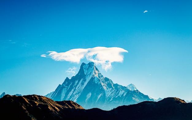 Obłoczna korona nad góry fishtail, pokhara, nepal.