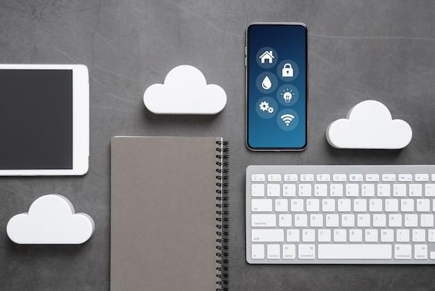 Obłoczna technologii ikona dla globalnego biznesu pojęcia na biurku od odgórnego widoku