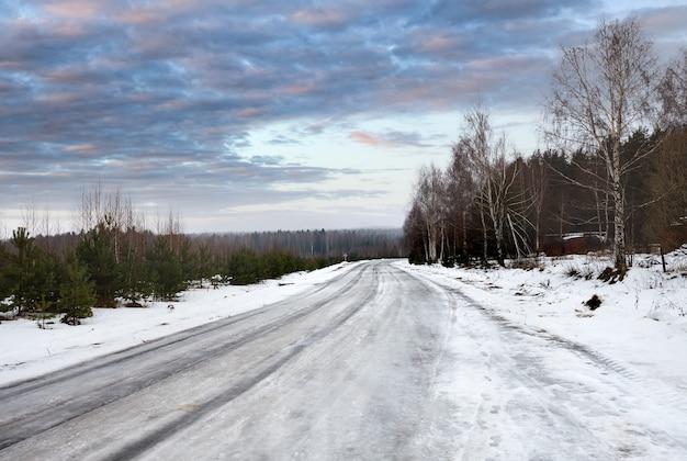 Oblodzone drogi śliskie zjazd