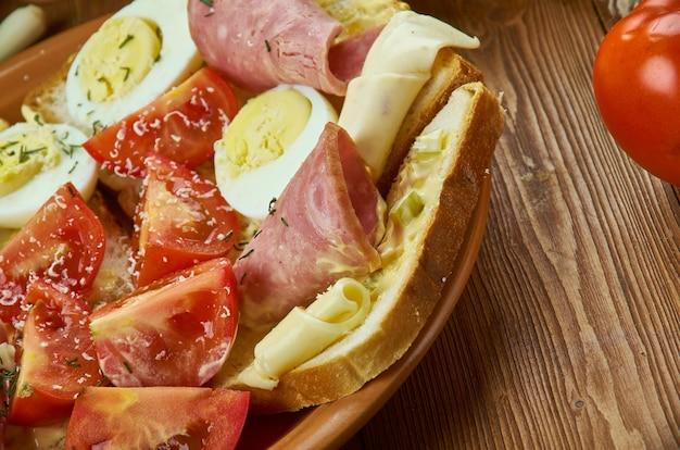 Oblozene chlebicky, otwarta kanapka, kuchnia czeska, tradycyjne różne dania, widok z góry.