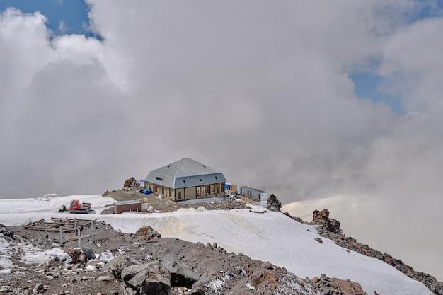 Obóz alpejski na szczycie góry pokrytej śniegiem.