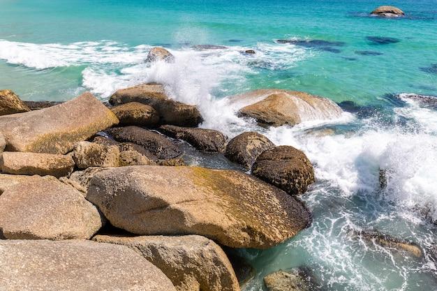 Obozy zatoki piękna plaża z turkusową wodą i górami w kapsztad, południowa afryka