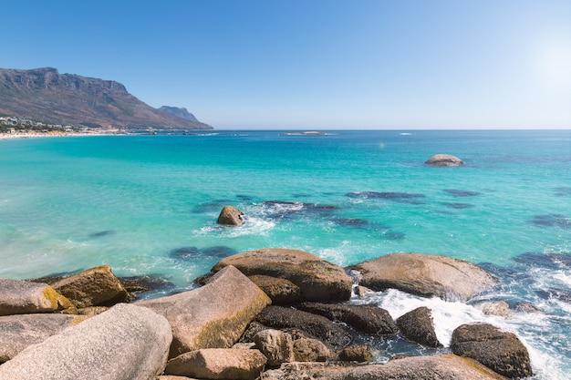 Obozy zatoki piękna plaża z turkusową wodą i górami