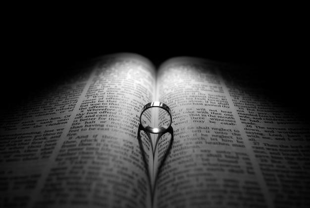 Obrączka i biblia