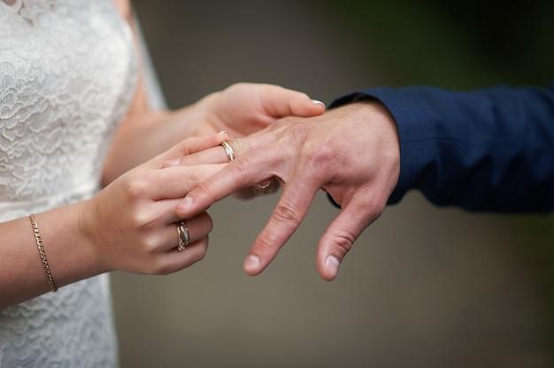 Obrączka panny młodej dla pana młodego na ceremonii ślubnej.