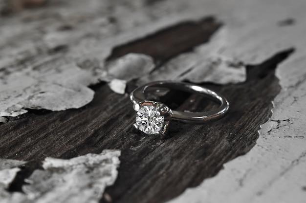 Obrączka to luksusowy i piękny pierścionek z brylantem.