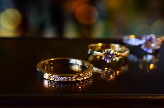 Obrączka z brylantem ozdobionym złotem pierścionkiem