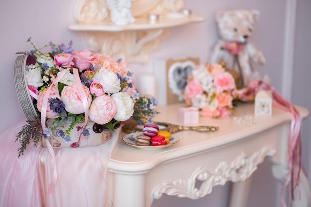 Obrączki i inne akcesoria zbliżenie podczas spotkania panny młodej. ślub