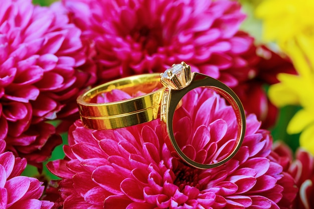 Obrączki na bukiet na różowe kwiaty