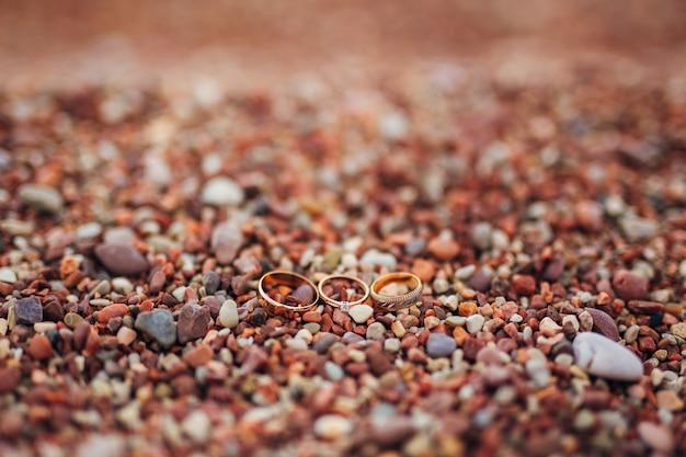 Obrączki nowożeńców na kamykach plaży