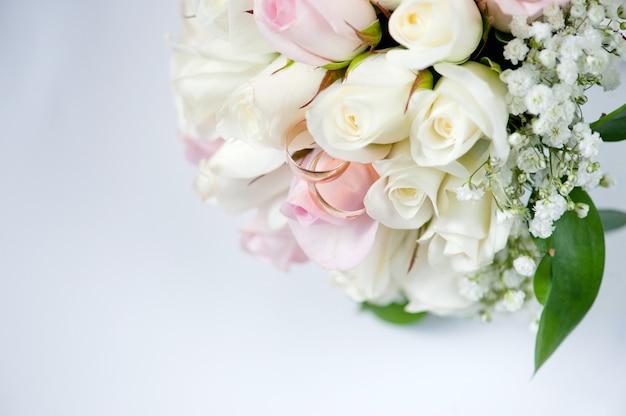 Obrączki ślubne dla zaangażowania panny młodej i pana młodego