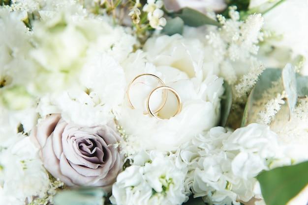 Obrączki ślubne i bukiet ślubny kwiaty