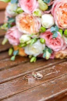 Obrączki ślubne i bukiet ślubny
