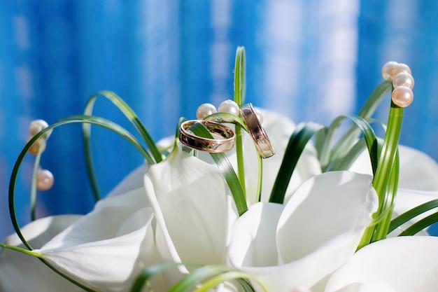 Obrączki ślubne i bukiet z bliska