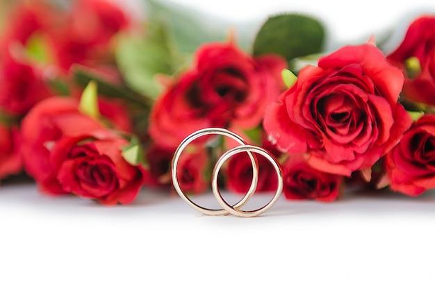Obrączki ślubne i kwiaty odizolowywający
