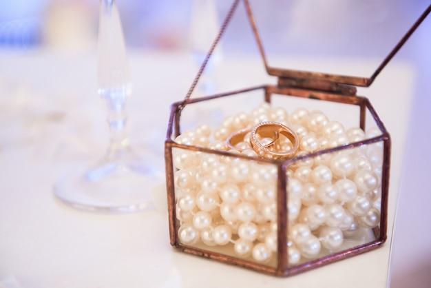Obrączki ślubne jako symbol miłości i szczęścia