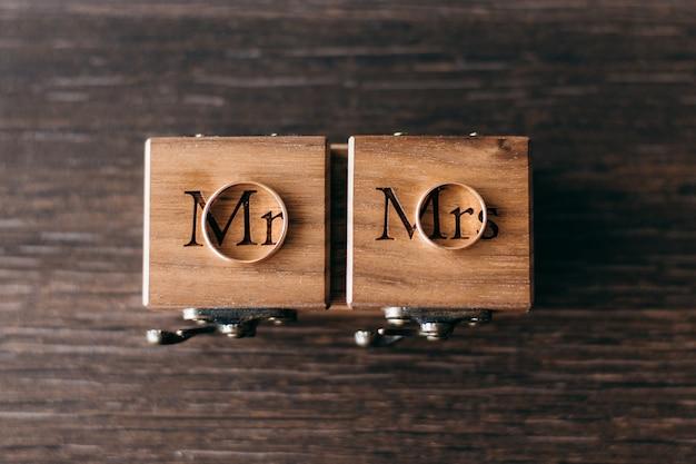 Obrączki ślubne na drewnianych pudełkach