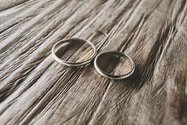Obrączki ślubne na drewnie