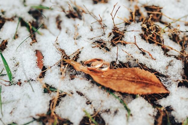 Obrączki ślubne na śniegu