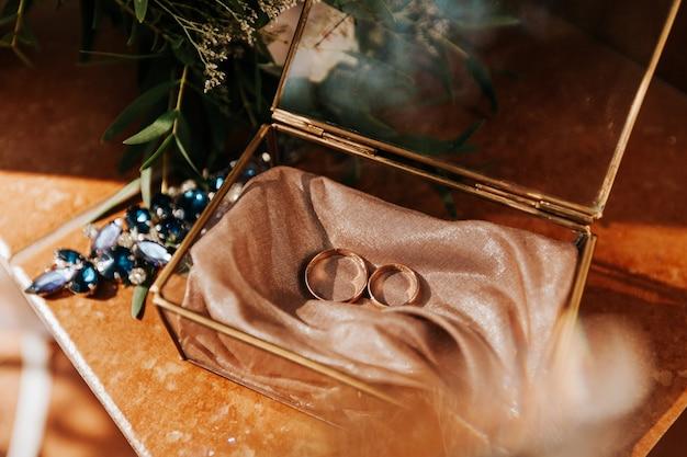 Obrączki ślubne na szklanym pudełku