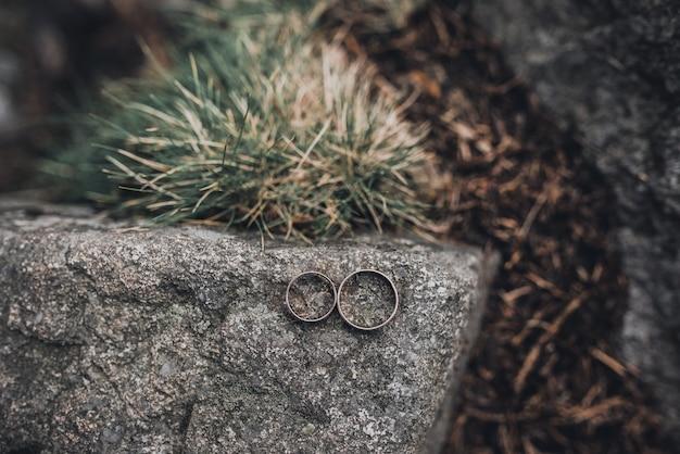 Obrączki ślubne panny młodej i pana młodego na tle. ślub. biżuteria.