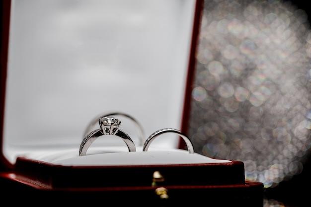 Obrączki ślubne w pudełku prezentowym na białym tle