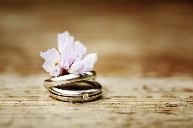 Obrączki ślubne z bliska w stylu rustykalnym